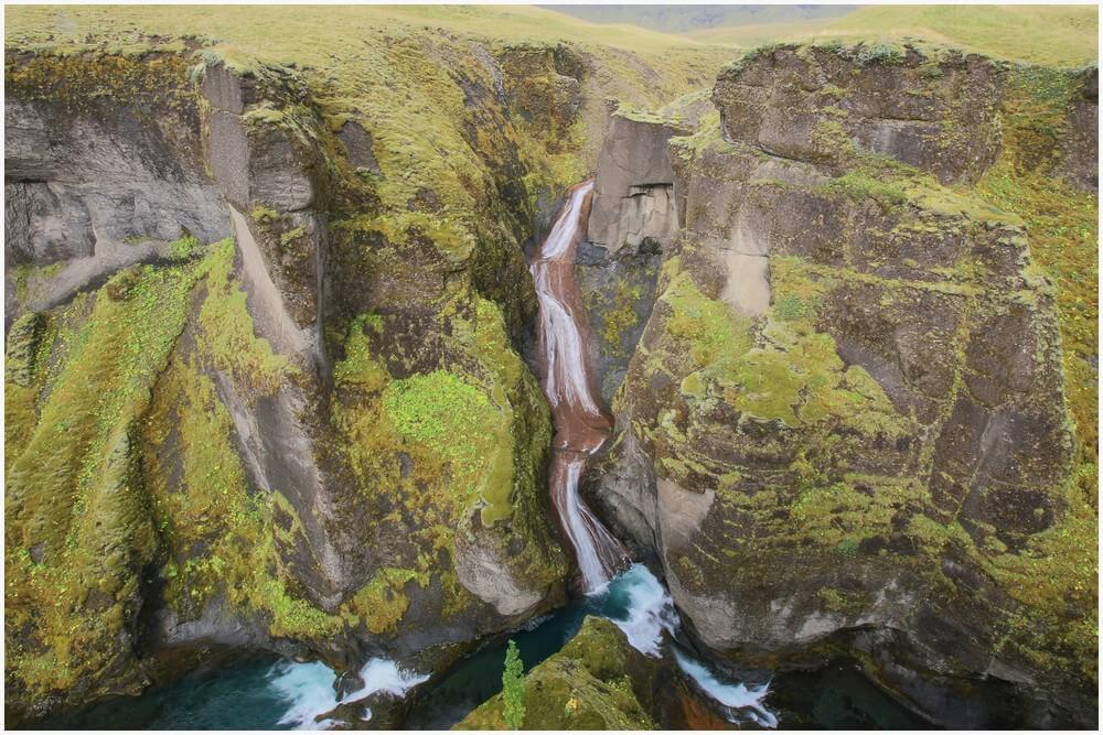 Wasserfall am Ende des Fjaðrárgljúfur Canyons