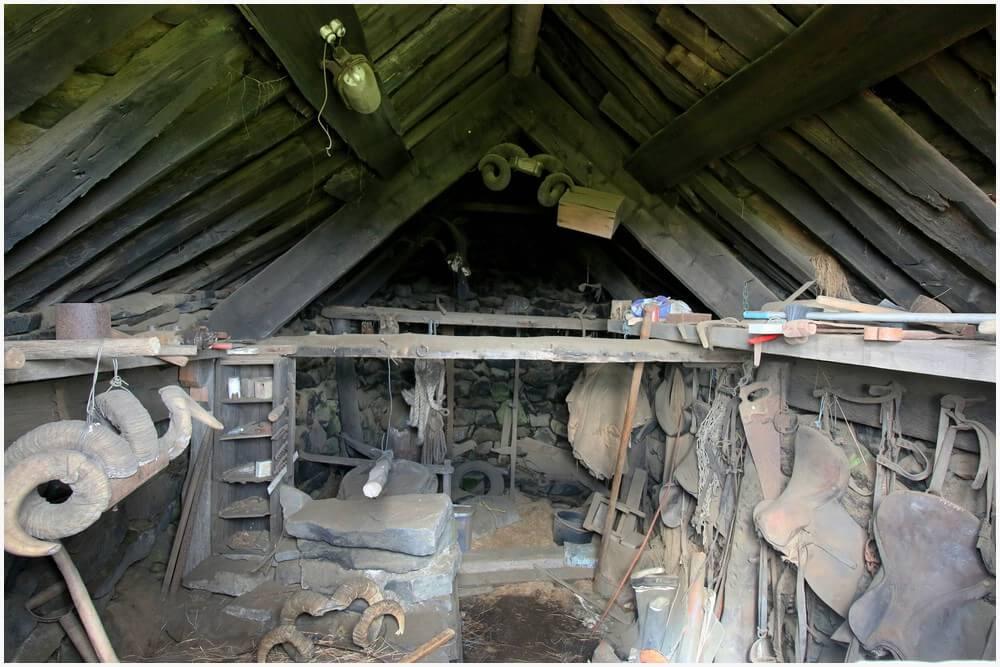 Ein Blick ins innere eines der Häuser. Inzwischen wurde das kaputte Fenster repariert und kann kann nicht mehr hinein gucken