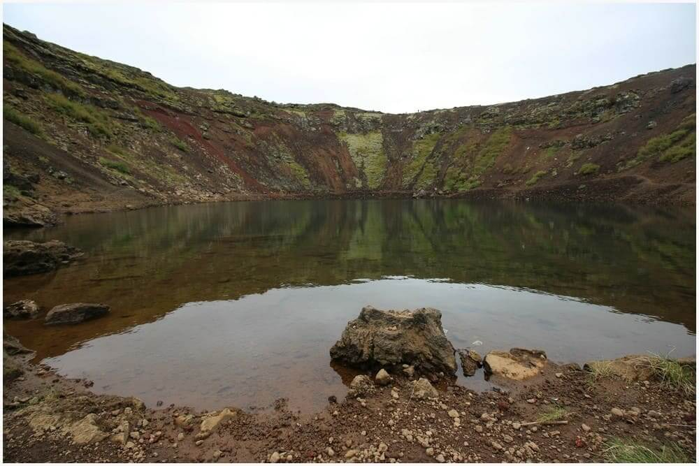 Auch nach unten an die Wasseroberfläche kann man beim Kerið wandern