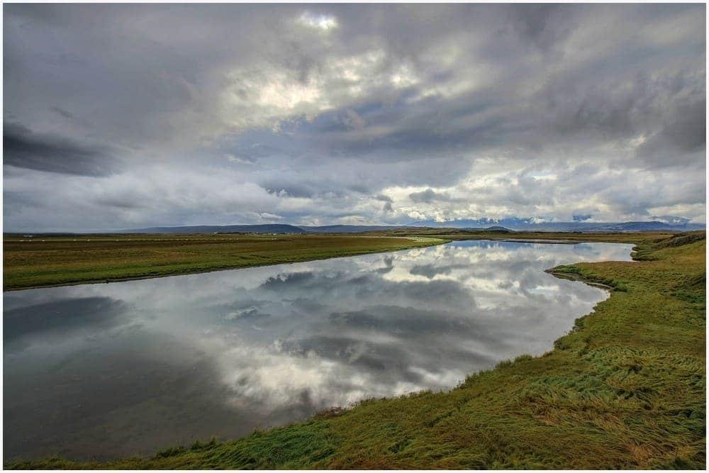 Gigantische Spiegelung der Wolken im Fluss