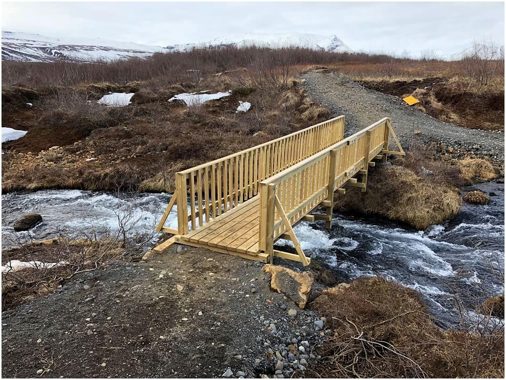 Die neu errichtete Holzbrücke