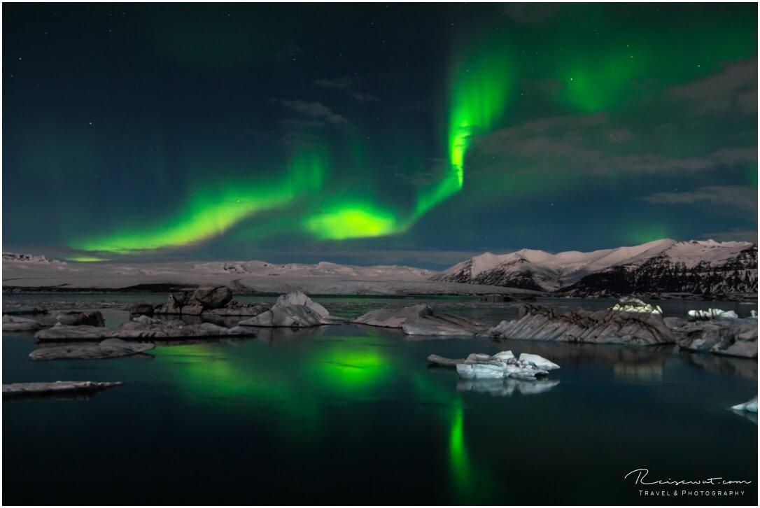 Traumhafte Bedingungen am Jökulsarlon. Windstill, Sternenklar und leichter Mondschein, der die Umgebung erhellt.