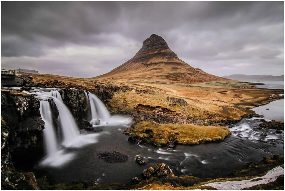 Der Kirkjufellfoss samt gleichnamigen Berg im tristen braun des Monats Mai, bevor die Natur anfängt zu erwachen