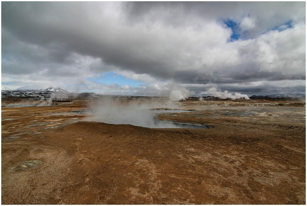 Die Hverarönd Geothermal Area beeindruckt durch zahlreiche Solfatarenfelder und blubbernde Schlammtöpfe