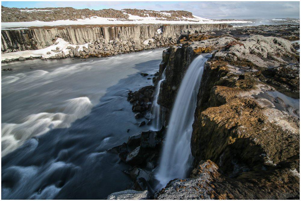 Eine schier endlose Anzahl kleinerer Wasserfälle ergießt sich hier in den Fluss