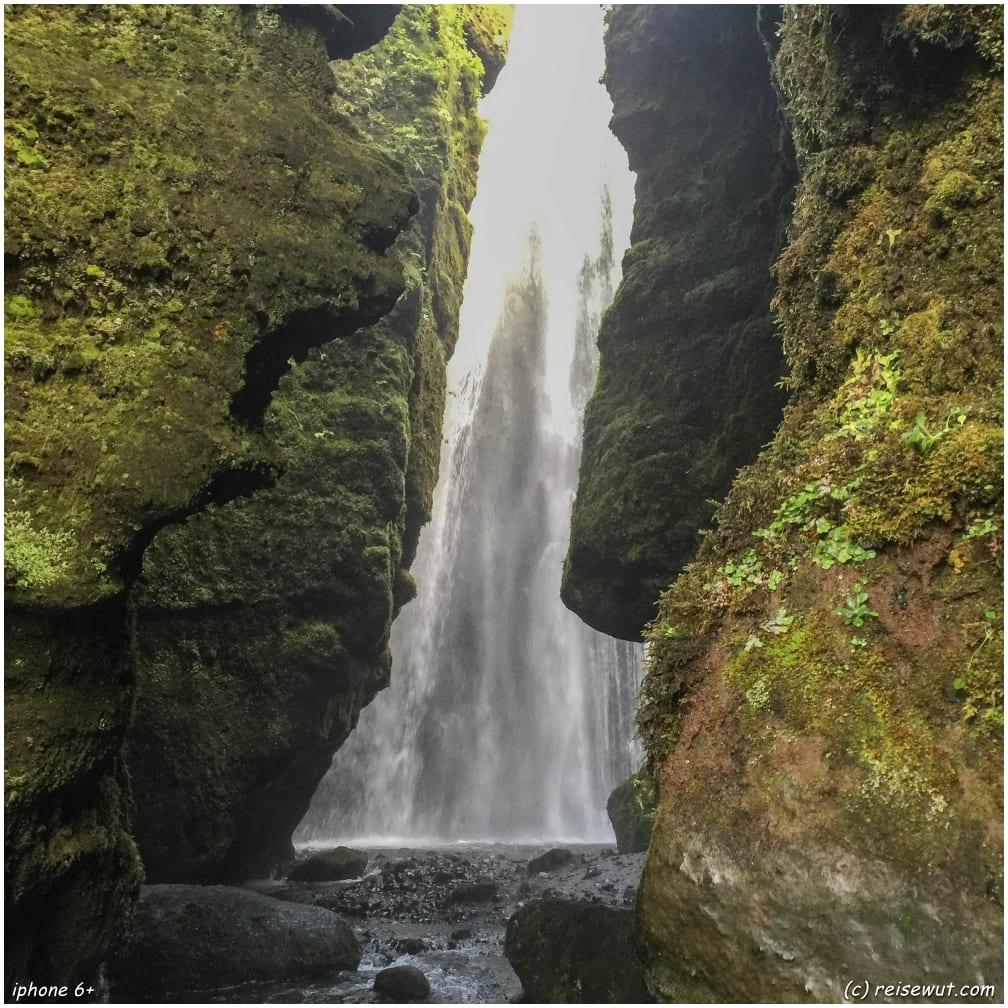 Blick von außen zum Höhlenwasserfall Gljufrabui