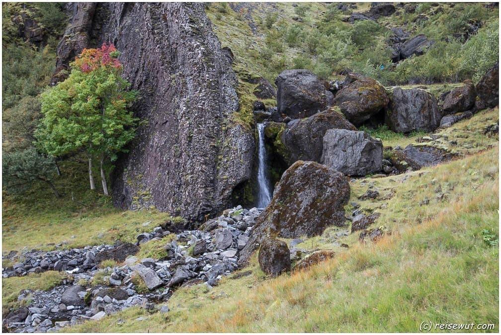 Auch einen kleinen Wasserfall findet man in der Nähe