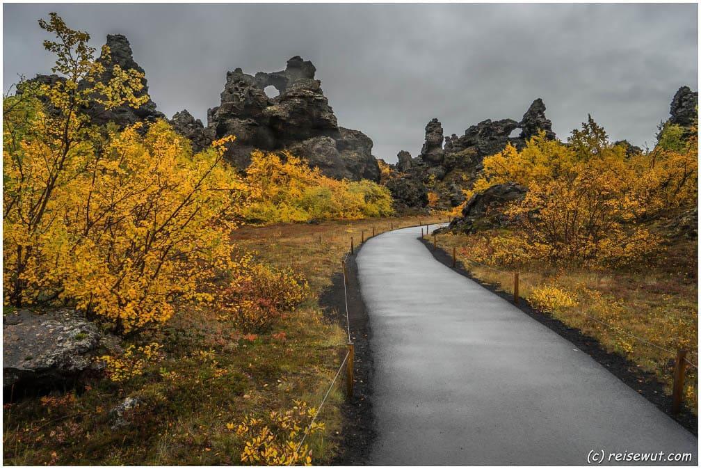 Einer der Wanderwege, die durch das Lavafeld führen