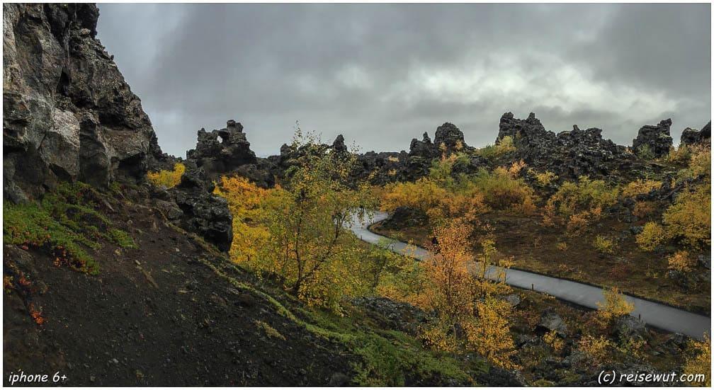 Dimmuborgir, die bunten Herbstfarben inmitten der schwarzen Lavafelsen sehen unwirklich aus