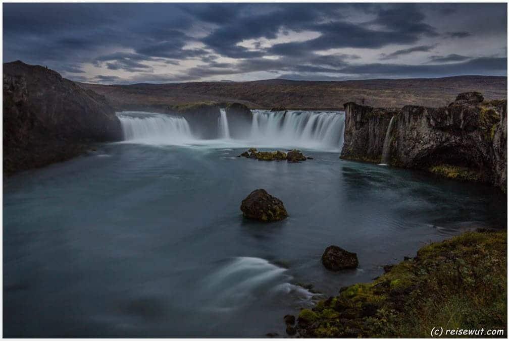 Goðafoss am späten Nachmittag in einer der wenigen Regenpausen