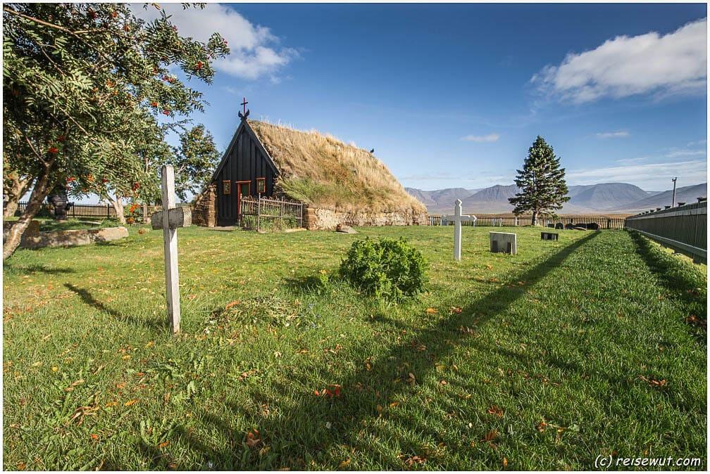 Die Torfkirche Víðimýrarkirkja liegt quasi unmittelbar neben der Ringstraße auf dem Weg gen Norden