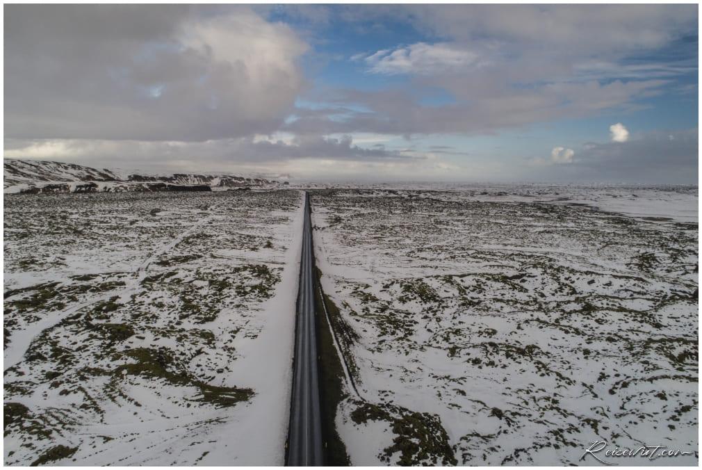 Ringstraße durch Eldhraun mit Schnee