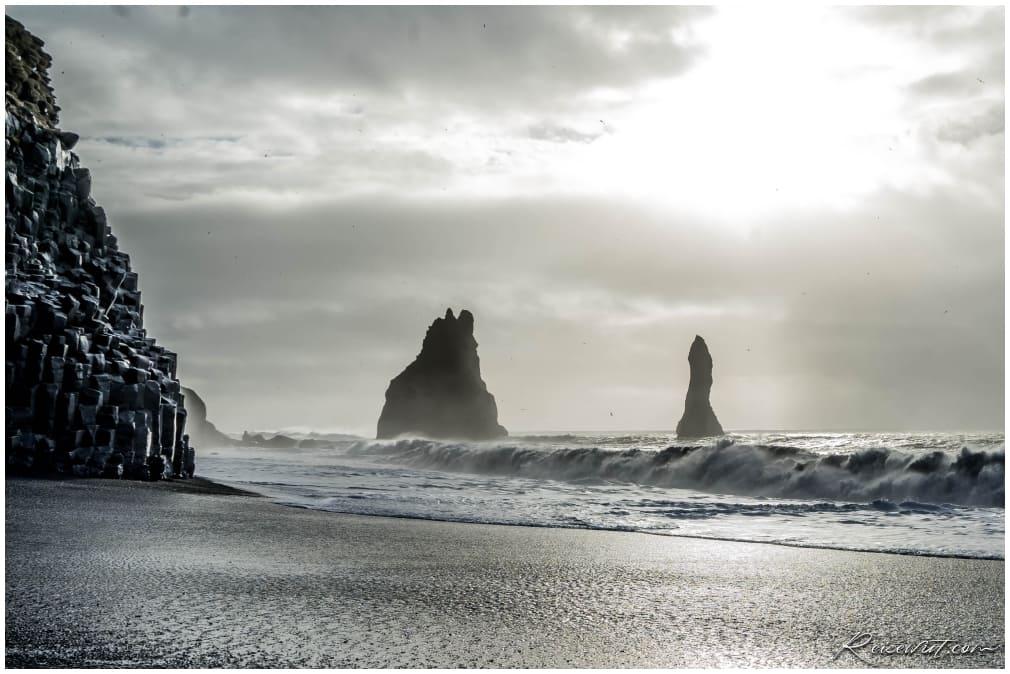 Der schwarze Strand Reynisdrangar zählt zu einem der gefährlichsten die es gibt. Mehr als einmal haben die gefährlichen Sneaker Waves hier schon Menschen unter Wasser gezogen!