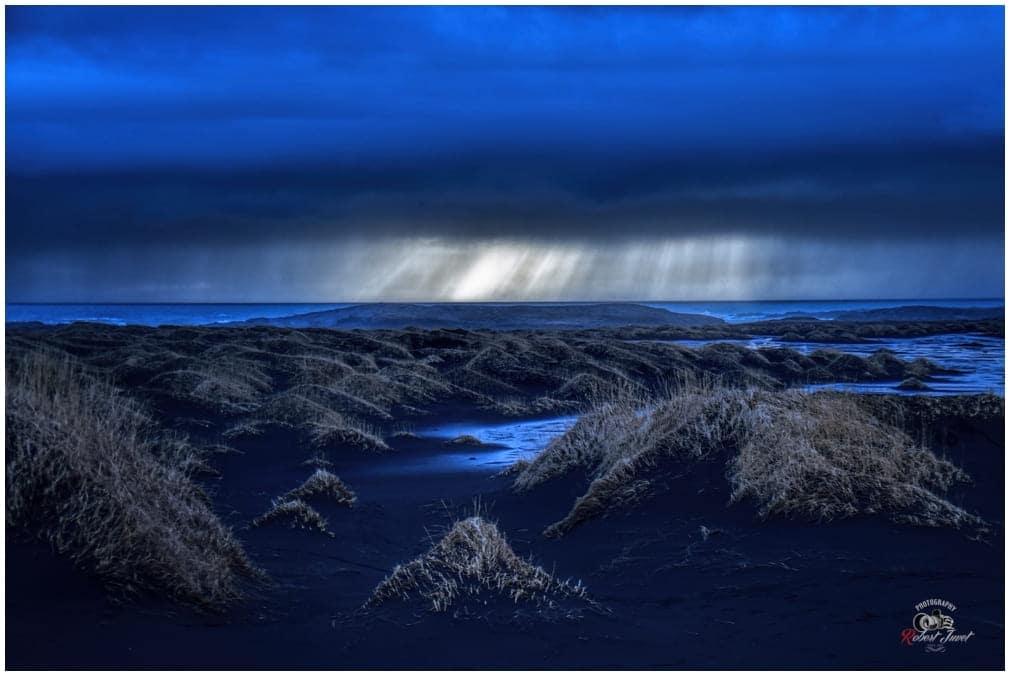 Sonnenstrahlen suchen sich ihren Weg durch die dichten Wolkendecke