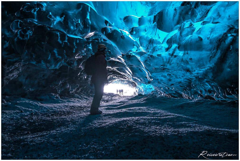 Im Inneren der Crystal Cave erwartet einen ein unwirkliches Blau