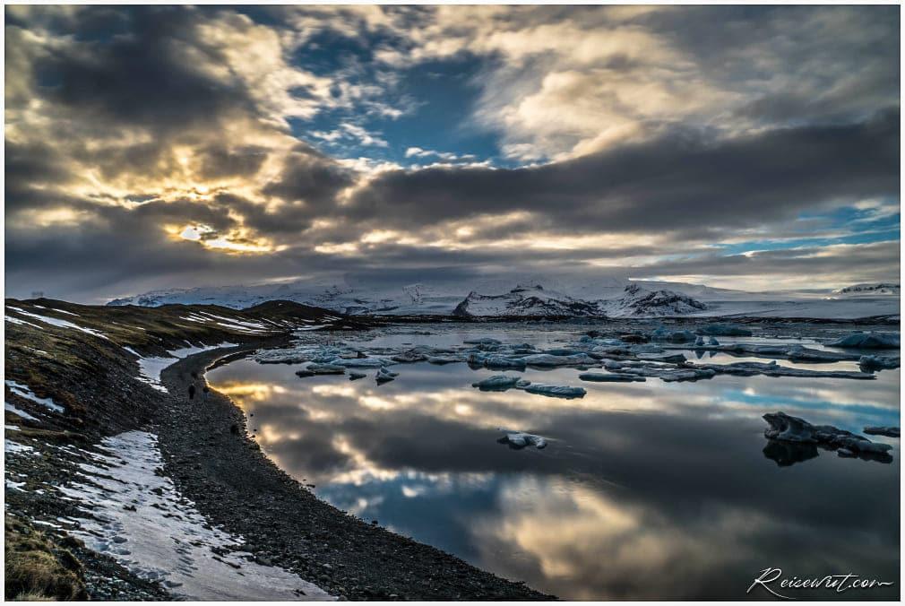 Krasse Reflexion der Wolken am Jökulsárlón