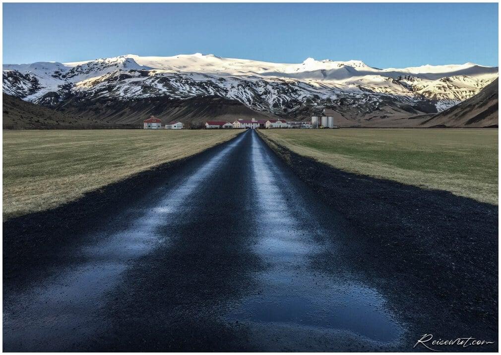 Die wiederwillig recht bekannte Eyjafjallajoekull Farm mit dem gleichnamigen Vulkan dahinter