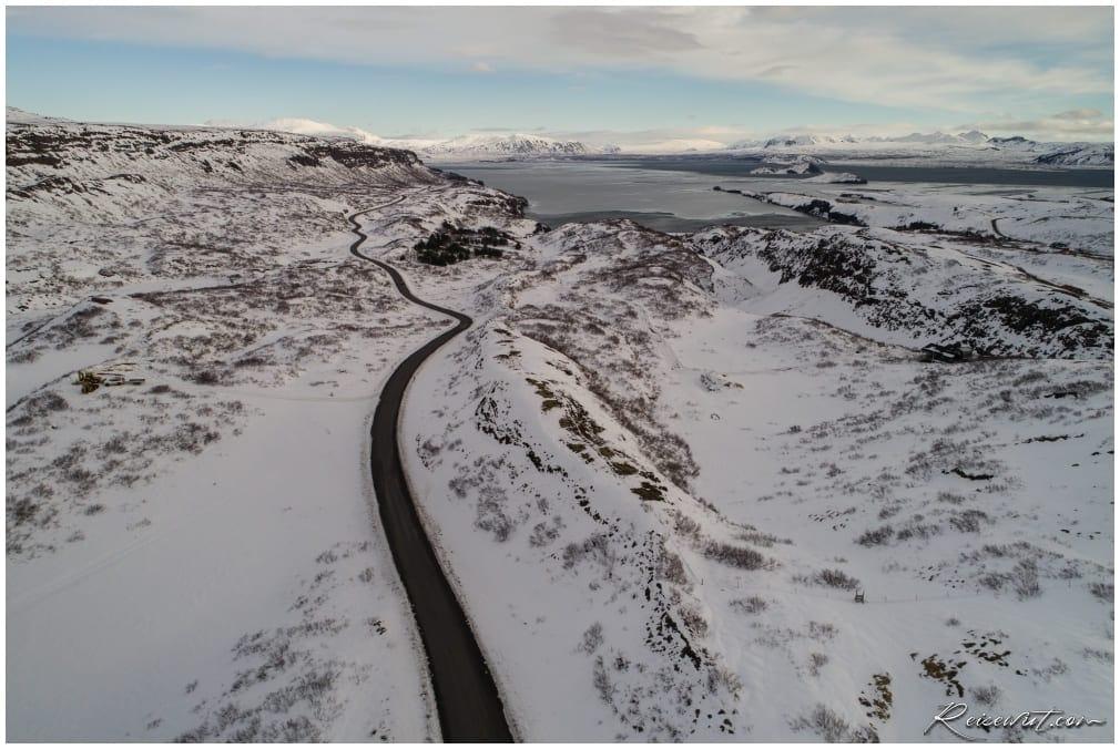 Wunderschön schlängelt sich die Straße #360 entlang am Rande des Þingvallavatn