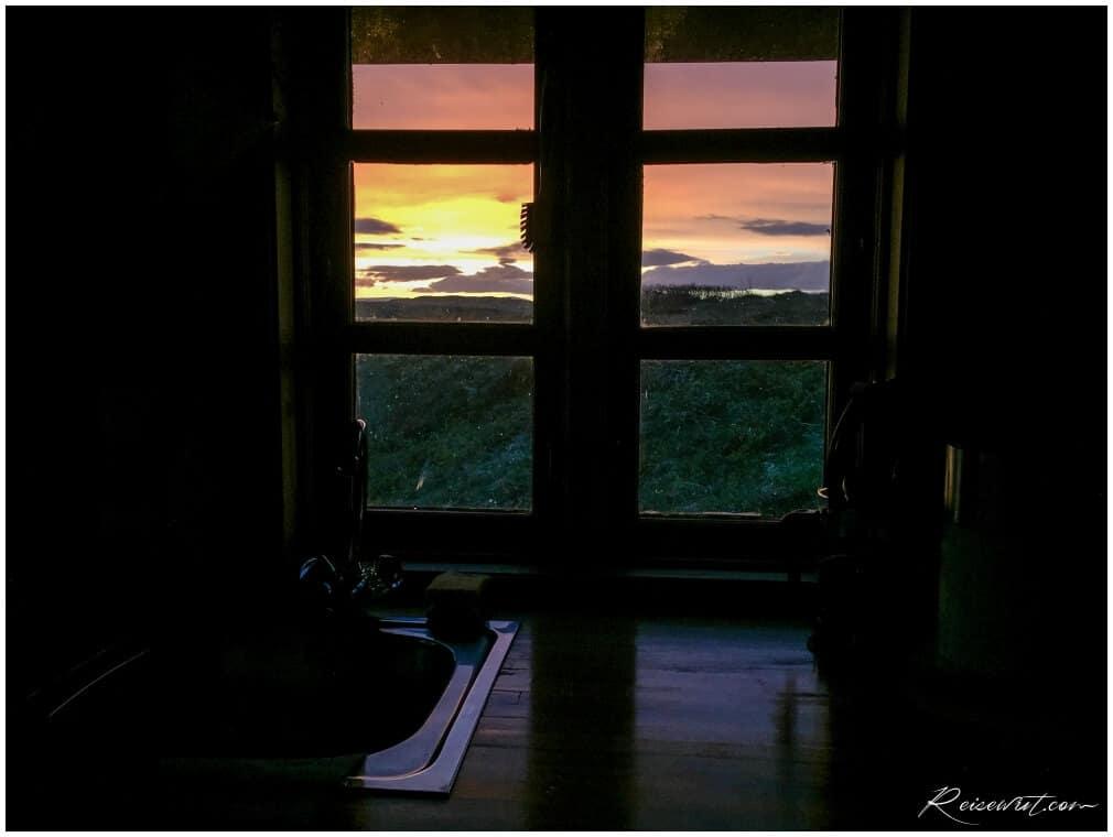 Der Blick aus dem Fenster bei Mitternachtssonne am Ulfjotsvatn