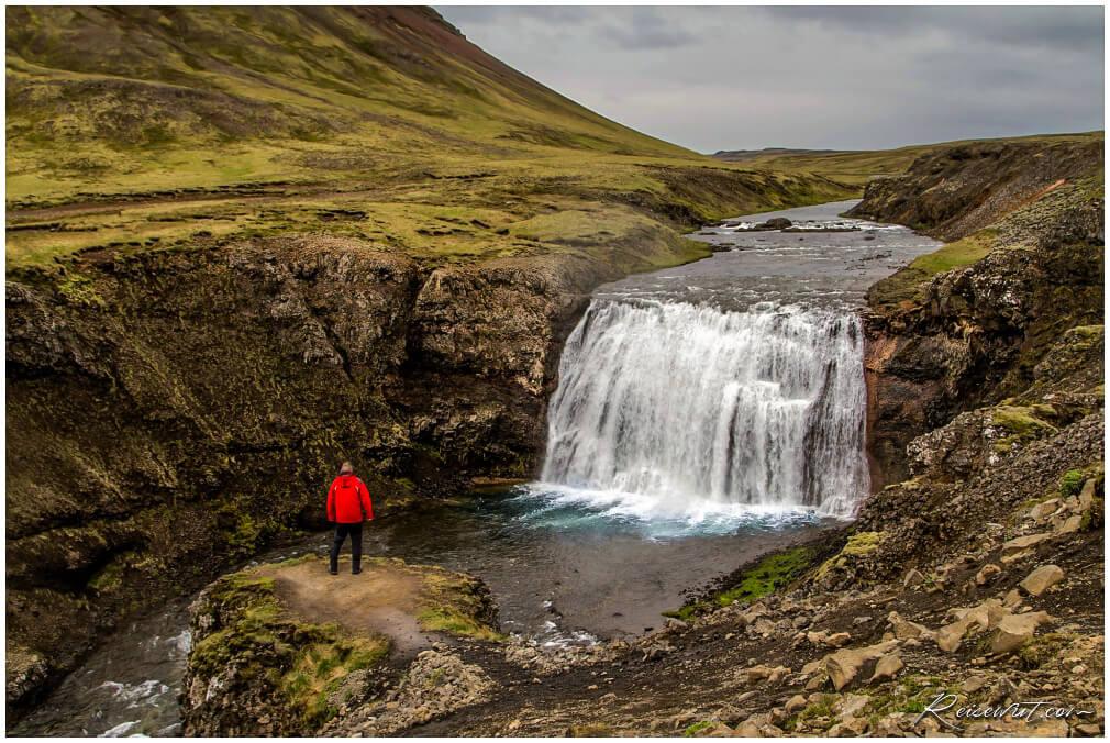Den Þórufoss kann man von der Straße aus nicht einmal erahnen, obwohl er nur wenige Meter daneben liegt
