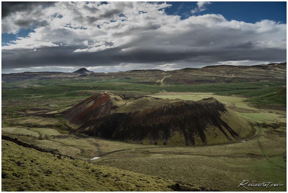 Blick oben vom Grábrók Krater auf den Nachbarvulkan