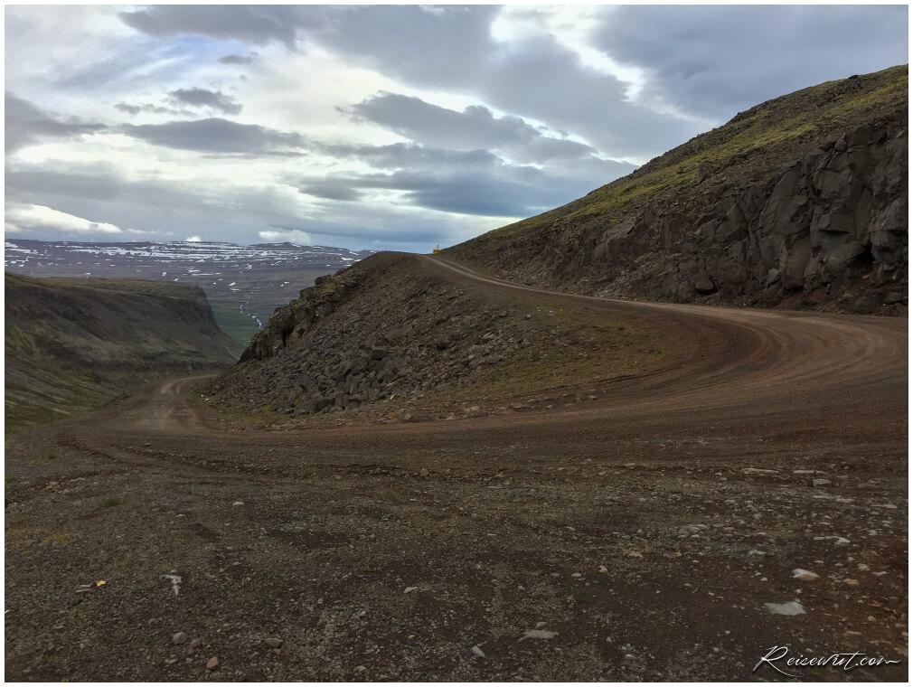 Die steile Schotterpiste runter nach Raudisandur