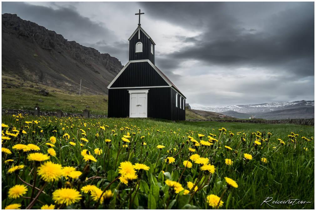 Die Sauraejarkirkja ist eine von wenigen schwarzen Kirchen auf Island