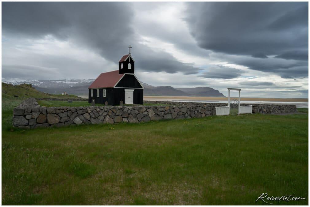 Sauraejarkirkja in den Westfjorden bei Raudisandur