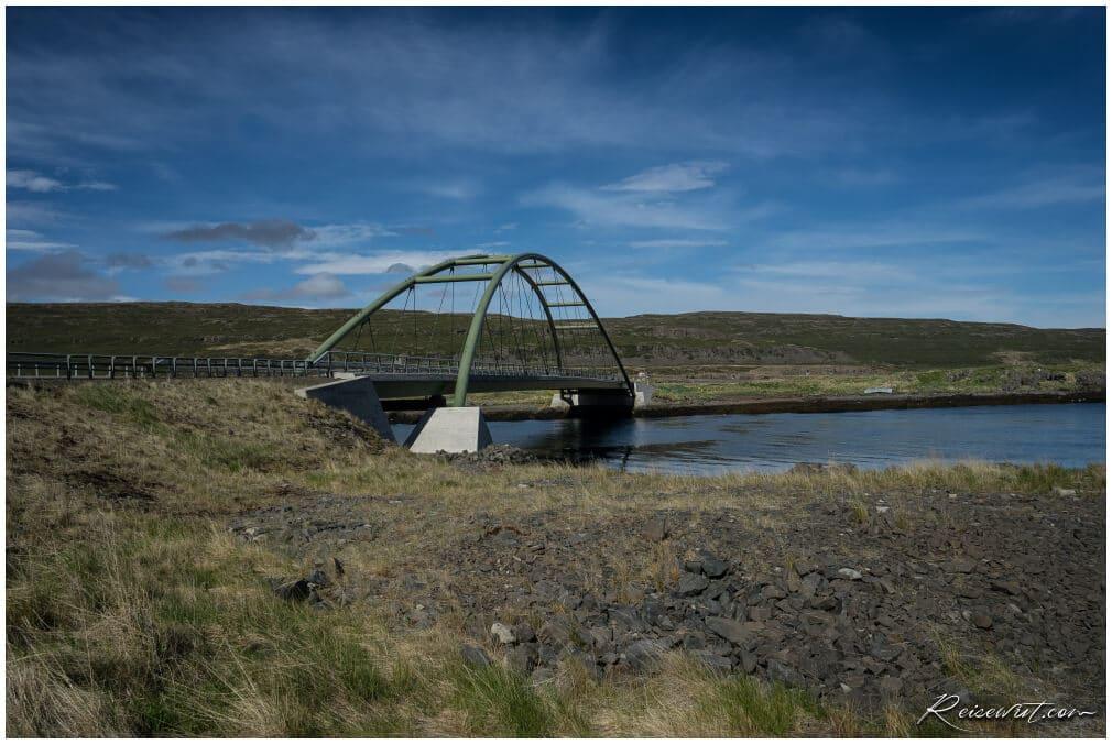 Markanter Wegpunkt am Skoetufjoerdur ist diese kleine Brücke