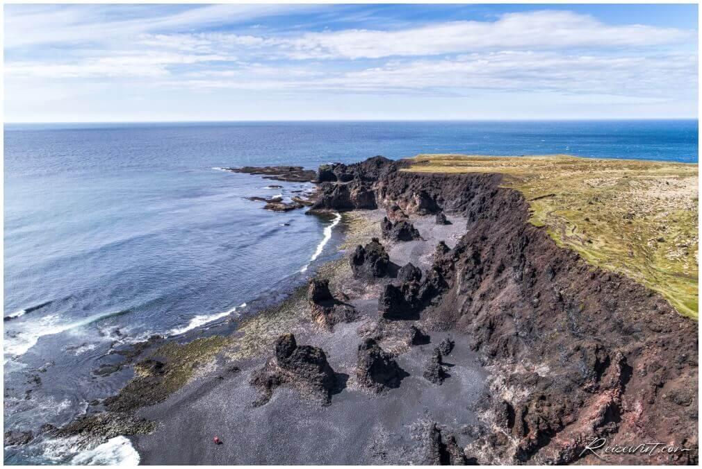 Bizarre Formationen markieren das rechte Ende vom Djúpalónssandur Beach