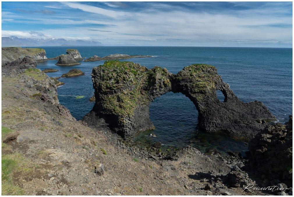 Der Gatklettur Sea Arch bei Arnarstapi