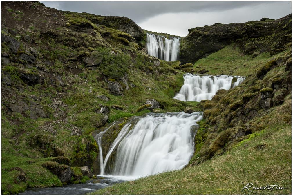 Einzelne Wasserfall-Kaskaden beim Hobbit Hole