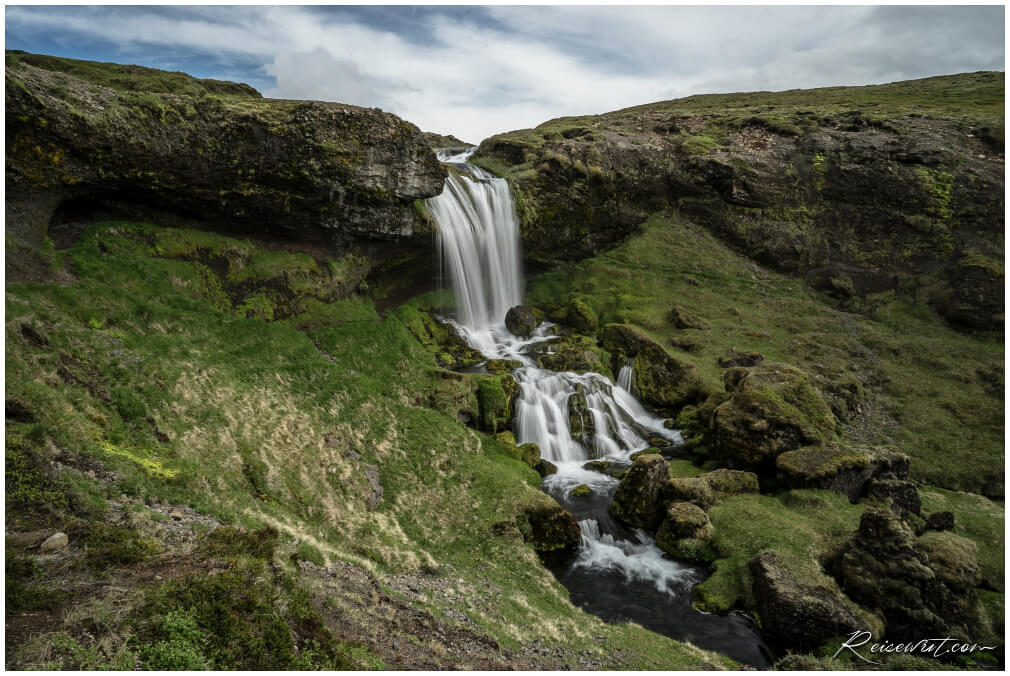 Hinter dem oberen Wasserfall suchen oftmals Schafe Schutz