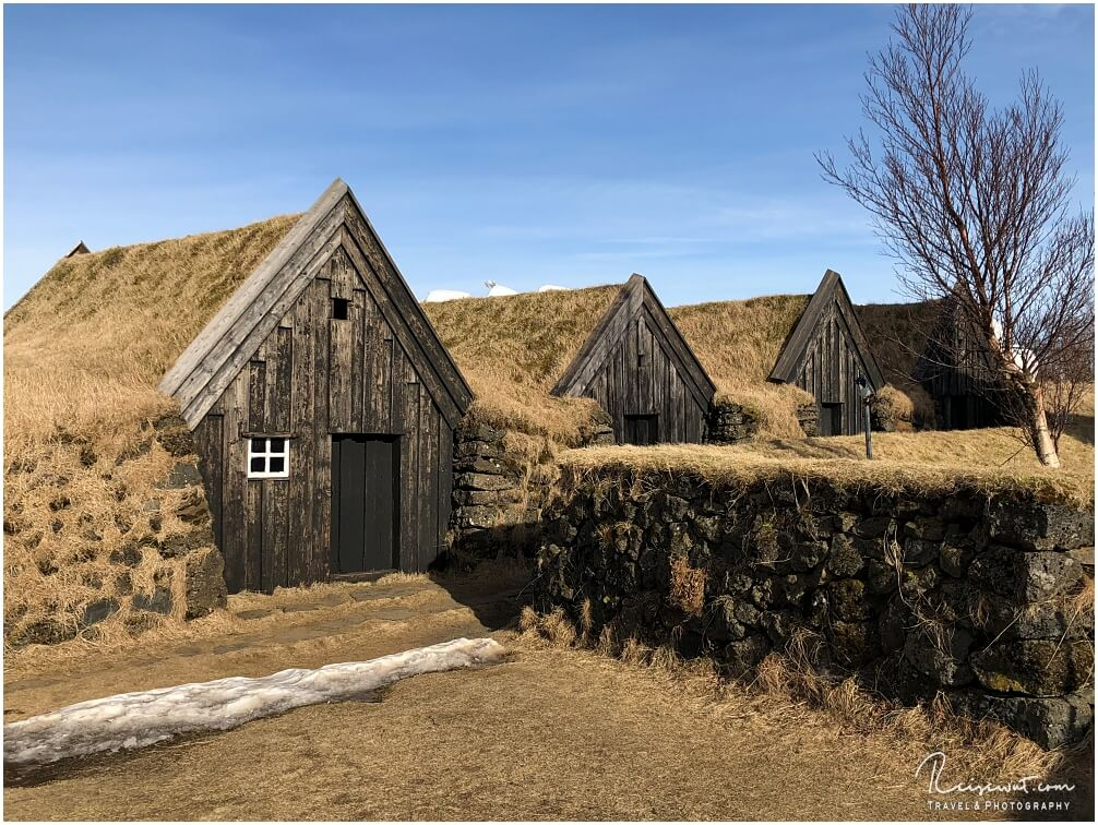 Ein Teil der Keldur Turf Houses, daneben liegt noch eine fotogene Kirche