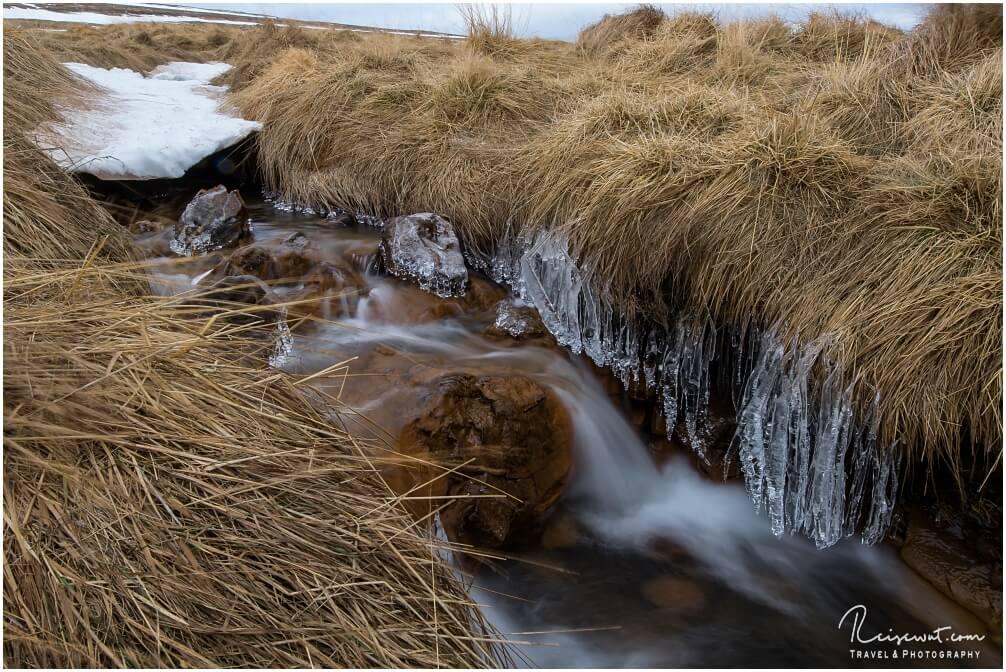 Eiszapfen im kleinen Bachlauf beim Hvitserkur