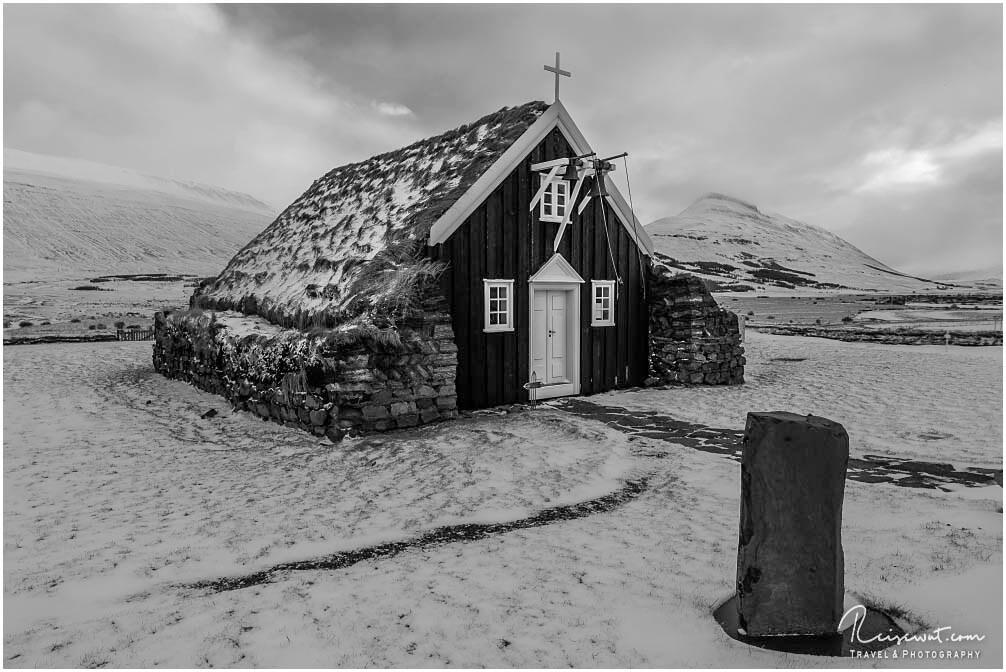 Die alte Saurbæjarkirkja ist ein dankbares s/w-Fotomotiv