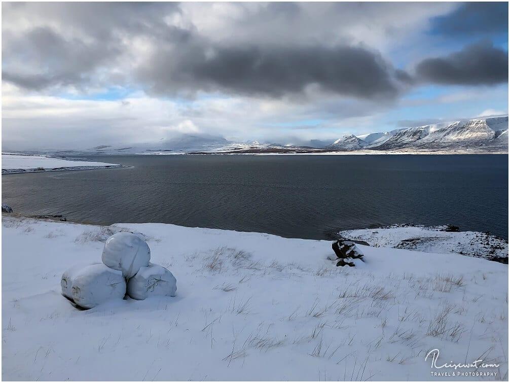 Blick in den winterlichen Fjord bei Akureyri