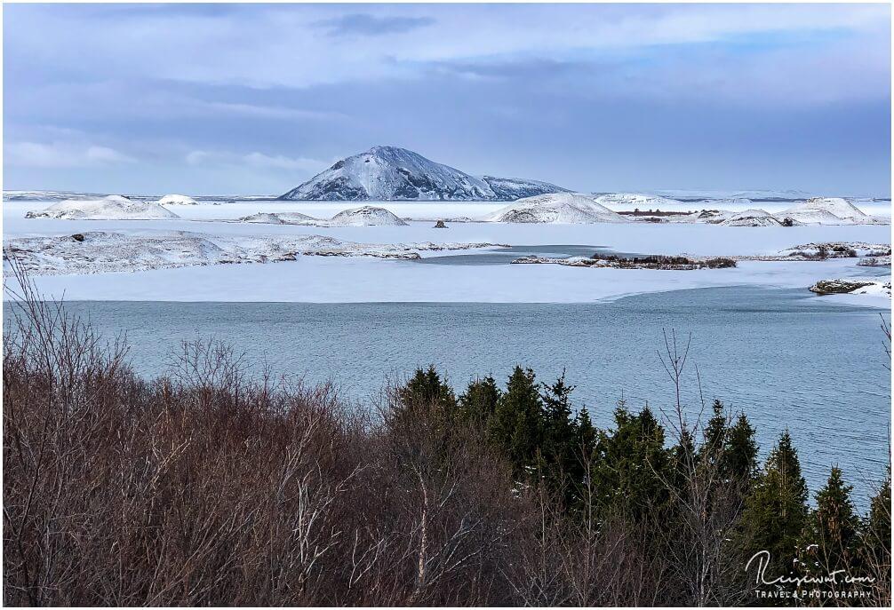 Der Myvatn im Winter bei Eis und Schnee