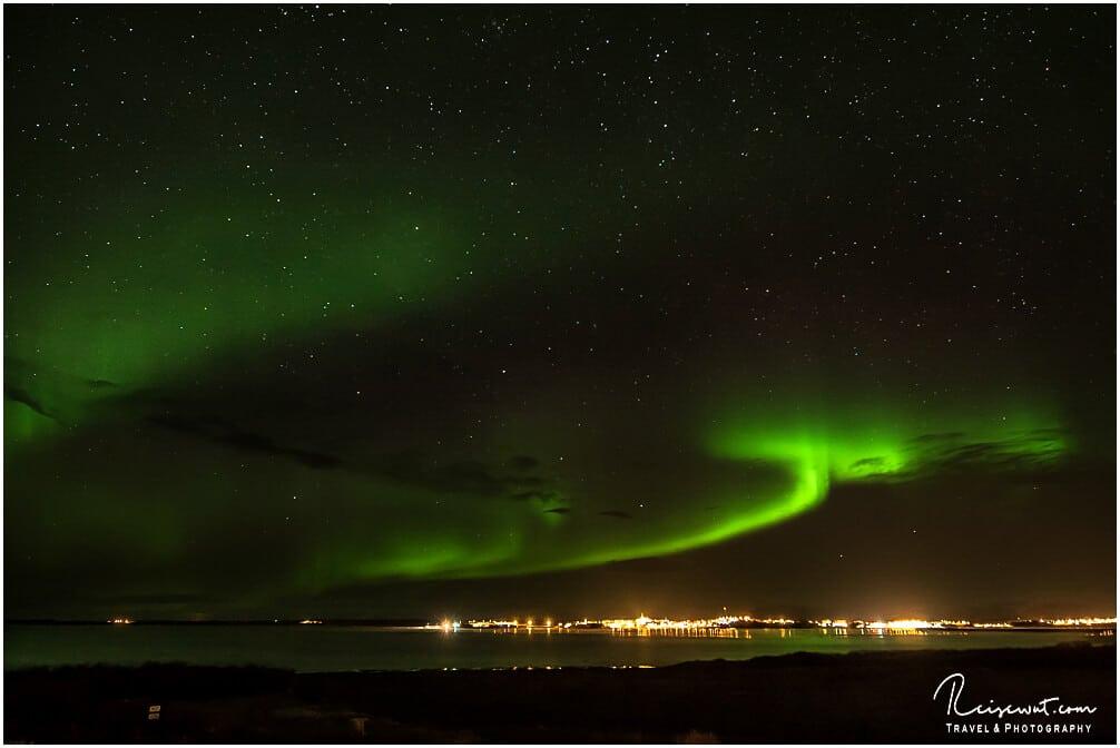 Polarlichter in einer sternenklaren Nacht über der Stadt Borgarnes