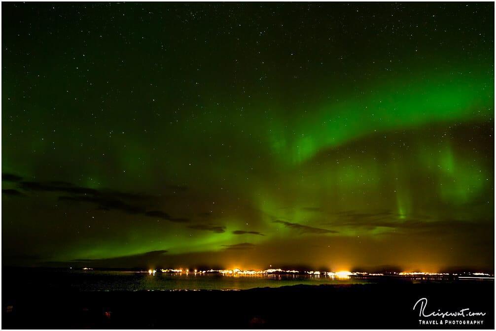 Aurora Borealis über Borgarnes im Westen Islands