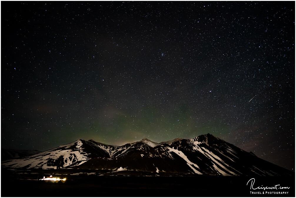 Ein leicht grünlicher Schimmer kündigt die Nordlichter an. Hier in der Nähe von Borgarnes im Westen Island. Nur für den Kamera-Sensor sichtbar