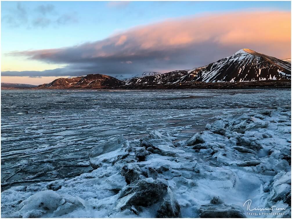 Dicke Wolkenfront beim zugefrorenen Fjord in Borgarnes