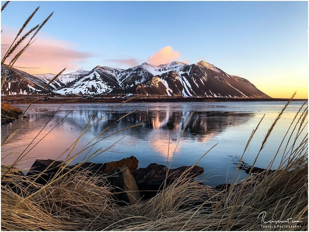 Sonnenuntergang bei Borganrnes. Im Hintergrund der Berg Hafnarfjall