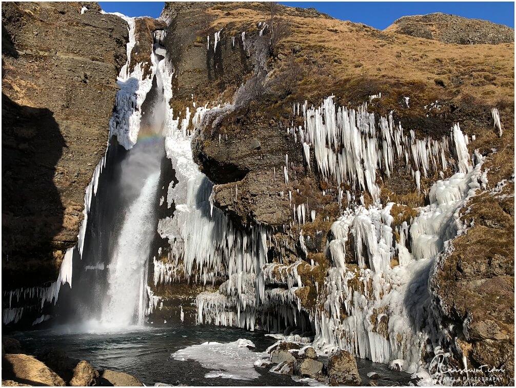 """Der obere Teil des Gluggafoss, im März wunderschön anzusehen durch zahlreiche """"dekorative"""" Eiszapfen"""