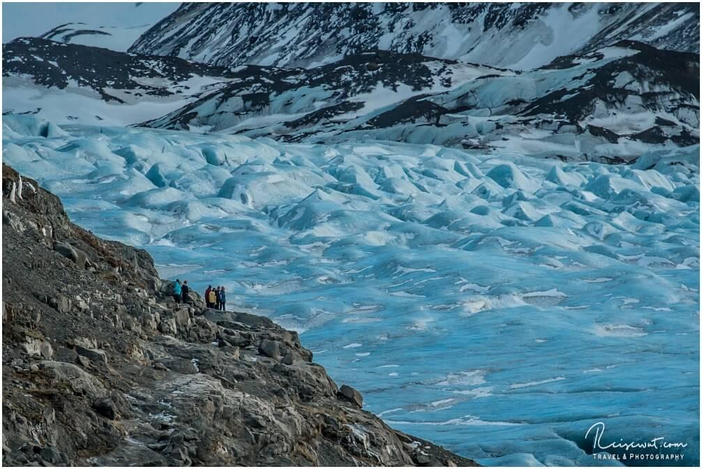 Der gigantische Svinafellsjökull lässt Menschen regelrecht wie Zwerge aussehen