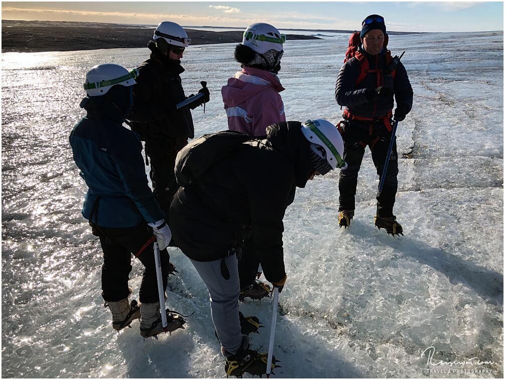 Unser Guide peilt die Lage während der Gletscherwanderung auf dem Breidarmerkurjökull