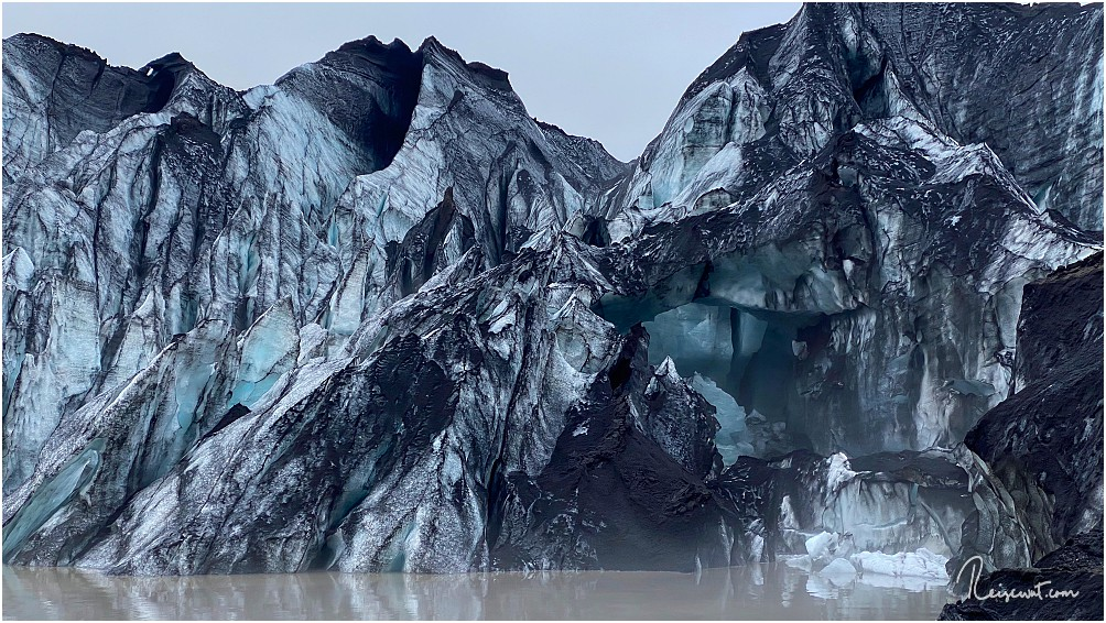 Rechts kann man ganz gut eine kleine Gletscherhöhle erkennen
