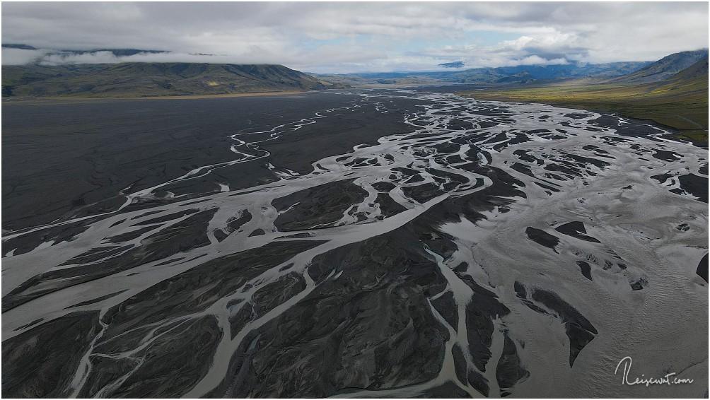 Ein Blick das Tal entlang in Richtung Þórsmörk. Unter uns fliesst die Markarfljót zum Meer