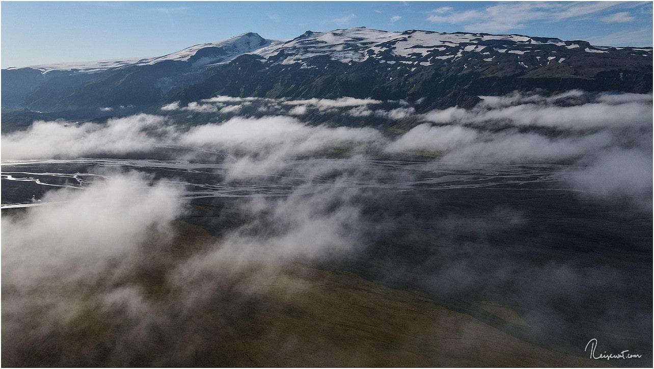 Über den tief hängenden Wolken kurz vor Þórsmörk, im Hintergrund thront der Eyjafjallajökull