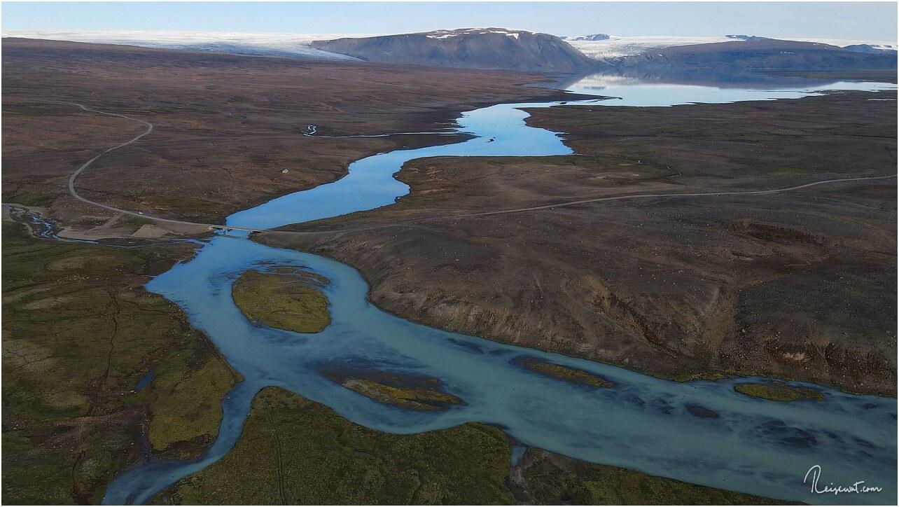 Der Blick aus 120 Metern Höhe in Richtung Hvítárvatn. Im Hintergrund der Langjökull